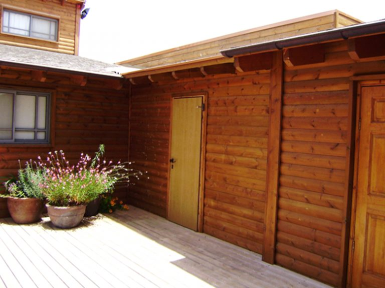 מחסנים מעץ בצמוד לבית