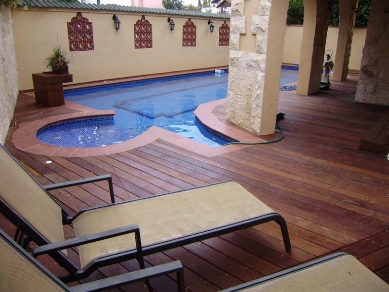 בריכה מרוקאית - רצפת דק עץ
