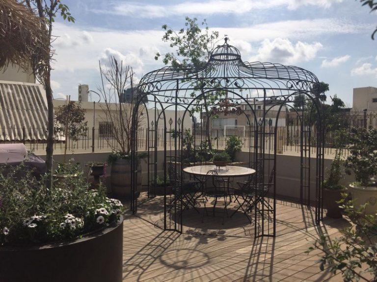 על גגות תל אביב- רצפת דק עץ