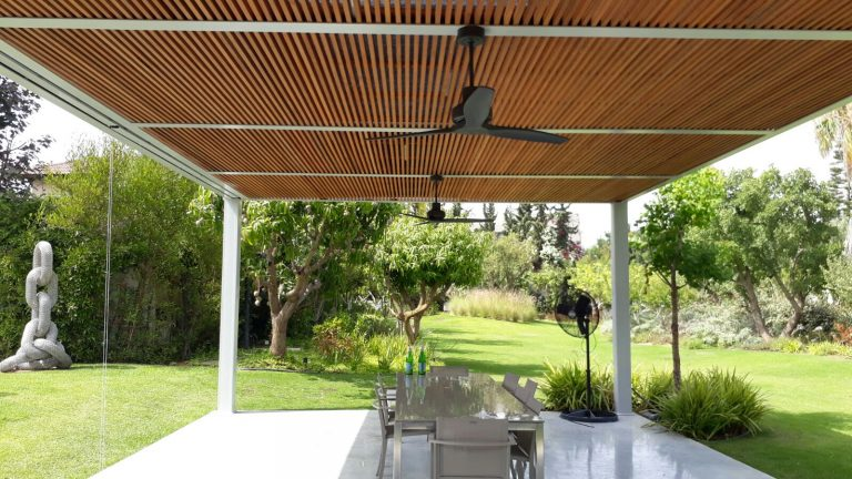 A large modern pergola is combined with a metal skeleton and wood-droran -00- (3)