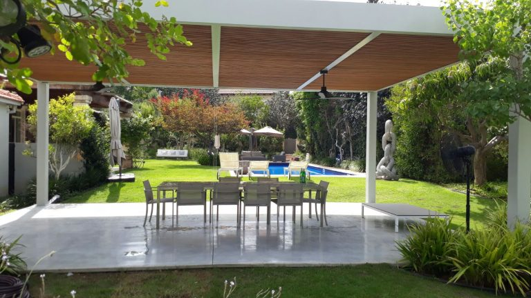 A large modern pergola is combined with a metal skeleton and wood-droran -00- (4)
