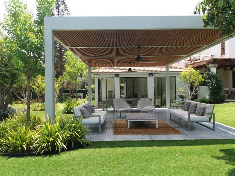 A large modern pergola is combined with a metal skeleton and wood-droran -end (4)