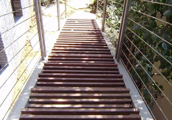 בניית מדרגות עץ לבית
